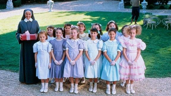 Miss Clavis ist Leiterin einer kleinen privaten Internatsschule mit 12 Mädchen, unter ihnen die naseweise Madeline