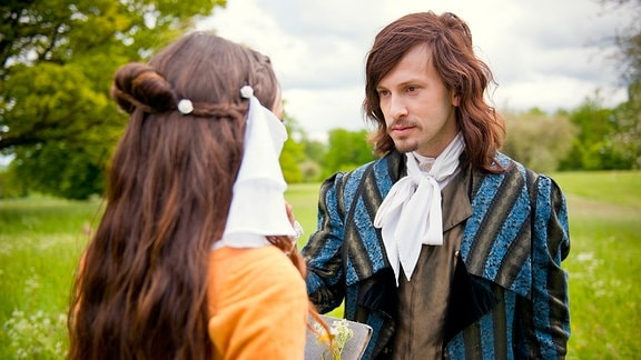 Prinz Arthur (Franz Dinda) begegnet der verschleierten Siebenschön (Xenia Assenza)