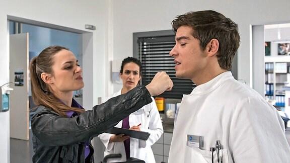 Als Ben Ahlbeck (Philipp Danne) etwas verspätet zur Untersuchung von Nina Gerbmann (Josephin Busch) hinzukommt, schlägt diese ihm plötzlich ins Gesicht