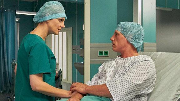 Anja Nejarri als Dr. Lea Peters und Patrick Kalupa als Jenne Derbeck