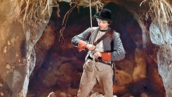 Auf Bitten der Hexe lässt sich der Soldat (Rolf Ludwig ) mit einem Strick in die hohle Eiche hinab, um das Geld und das Feuerzeug für sie zu holen