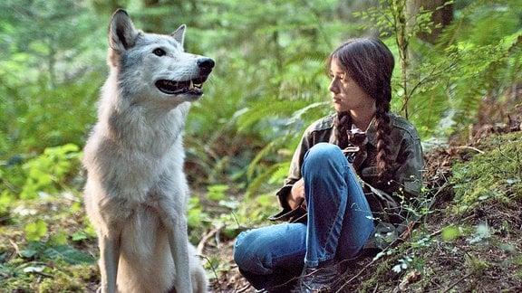 Shana (Sunshine O' Donovan) mit einem Wolf im Wald