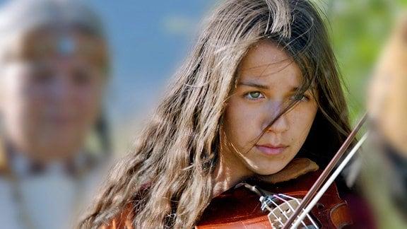 Shana (Sunshine O' Donovan) mit ihrer Geige