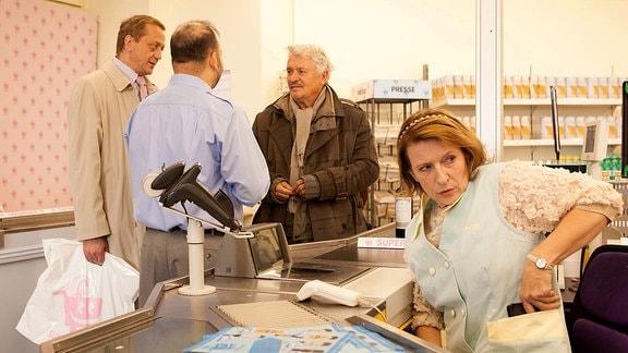 Um mit einem Kunden in Kontakt zu kommen, hat Kassiererin Emma Beeskow (Dagmar Manzel) sein Portemonnaie eingesteckt