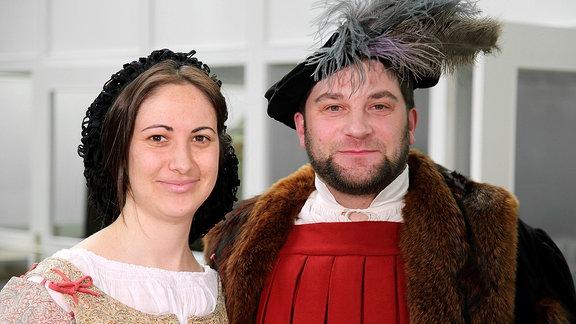 Ein Mann und eine Frau in historischer Kleidung