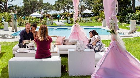 Rosa (Alexandra Neldel) und Meral (Sara Fazilat) planen mit Mark (Janek Rieke) und Nandi (Pearl Thusi) deren Hochzeit