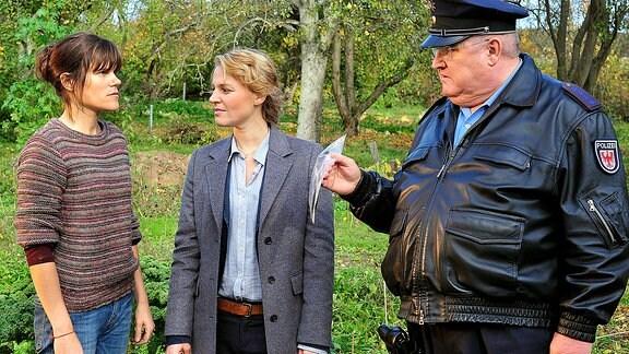 Ruth (Fritzi Haberlandt), Olga Lenski (Maria Simon) und Polizeihauptmeister Krause (Horst Krause)