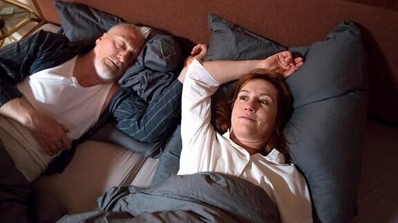 Bonjour Tristesse: Während Karl (Ernst Stötzner) schläft träumt Barbara (Ulrike Krumbiegel) von einer Reise zu den sonnigen Lavendelfeldern in der Provence.