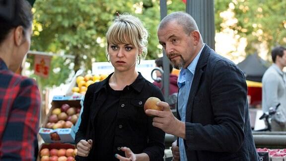 Der Volkshochschul-Lehrer Alexander (Dominique Horwitz) und eine Schülerin Miriam (Lisa Wagner) gehen gemeinsam auf dem Markt einkaufen.