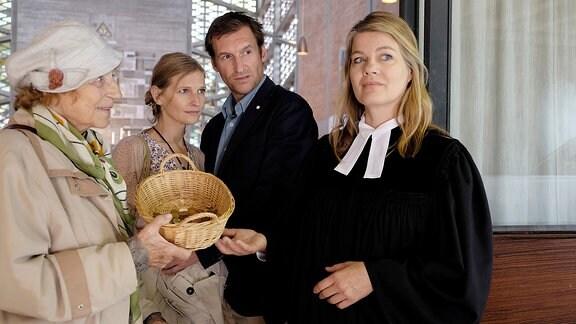 Rieke (Birge Schade, re.) mit Mitarbeiterin Petra Keller (Jasmin Rischar, Mi.) und deren Mann Frank (Siegfried Terpoorten, Mi.) sowie der Rentnerin Frau Hartinger (Monika John, li.).