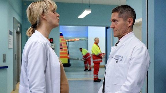 Dr. Lea Peters bittet Dr. Kaminski um Unterstützung bei einer OP.