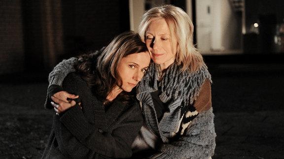 Claudia Michelsen als Fiona und Maren Kroymann als Mutter Gitta