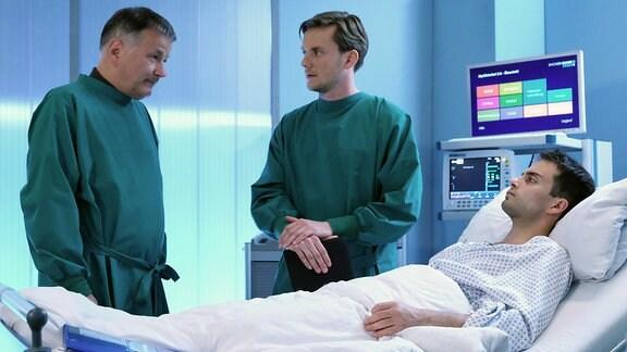 Max Hegewald als Theo Westerman, Jan Dose als Theos großer Bruder Karsten und Thomas Rühmann als Dr. Roland Heilmann (, li.)