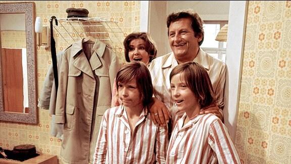 Zwillinge Kalle (Ralf Lemcke) und Kulle (Rolf Lemke, r.) mit Mutter (Helga Labudda) und Vater (Erik S. Klein)