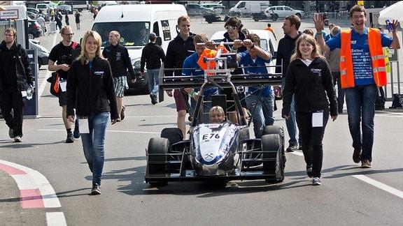 Das Rennteam der Technischen Universität Bergakademie Freiberg mit ihrem Elektroflitzer in diesem Sommer beim Formula Student in Spanien.