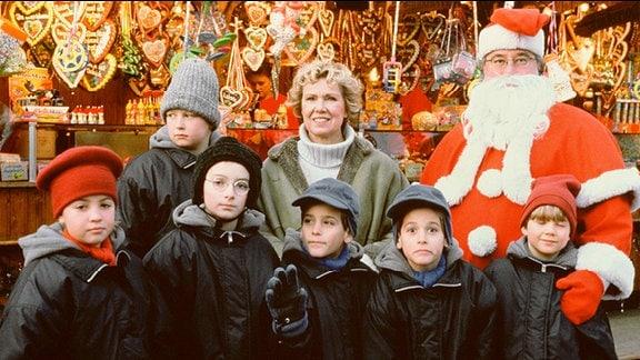Anna Stolberg (Witta Pohl) ist mit den Kindern auf dem Weihnachtsmarkt.