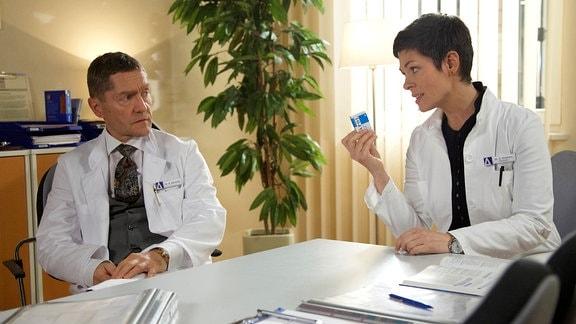 Cheryl Shepard als Dr. Elena Eichhorn und Udo Schenk als Dr. Kaminski im Gespräch.