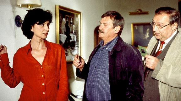 Die Kommissare Schmücke (Jaecki Schwarz) und Schneider (Wolfgang Winkler) informieren die sehr reservierte Margot Braumüller (Marijam Agischewa) über den gewaltsamen Tod ihres Mannes