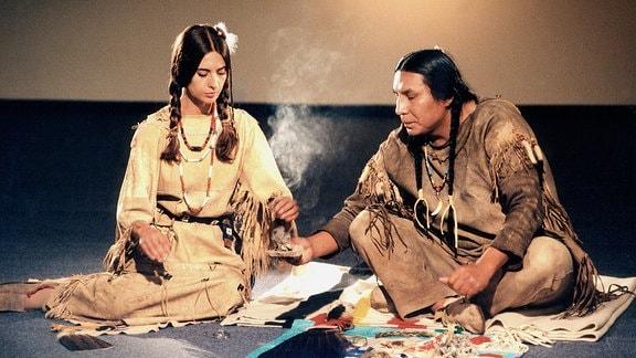 Meditationen gehören zum Programm des Workshops von Häuptling Schwarzer Falke (Murray Small Legs); Indianerin Alena (Vicky Volioti) assistiert mit der Rauchschale