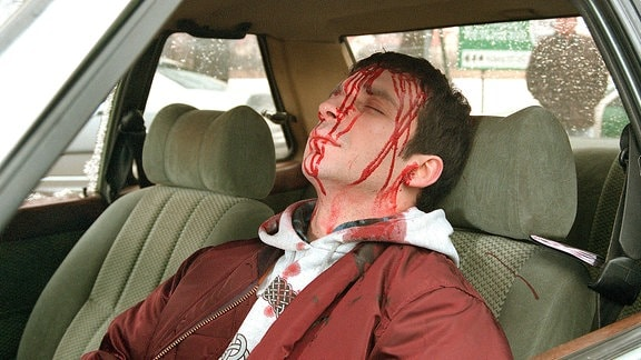 Nach einem Autounfall wird Erich (Eduard Burza) tot in seinem Wagen gefunden