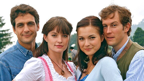 Katharina (Henriette Richter-Röhl, 2.v.re.) mit ihrem Freund Markus (Stefan Murr, re.) und Elena (Ina Paule Klink, 2.v.li.) mit ihrem kanadischen Verlobten Tom (Robert Seeliger)