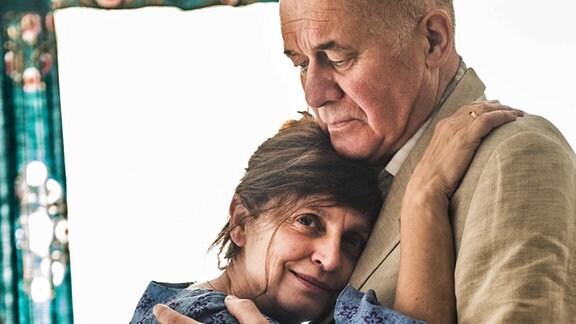 Der liebevolle Paul (Hanns Zischler) gibt seiner kranken Frau Clara (Katharina Thalbach) halt