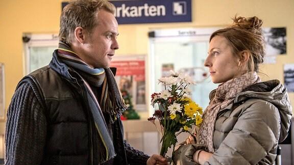 Georg (Matthias Koeberlin) überrascht seine Ex-Frau Rita (Katharina Schüttler) mit Blumen