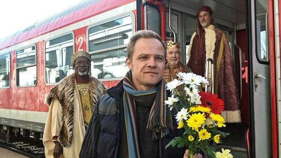 Georg (Matthias Koeberlin) möchte seine Ex-Frau Rita mit Blumen überraschen