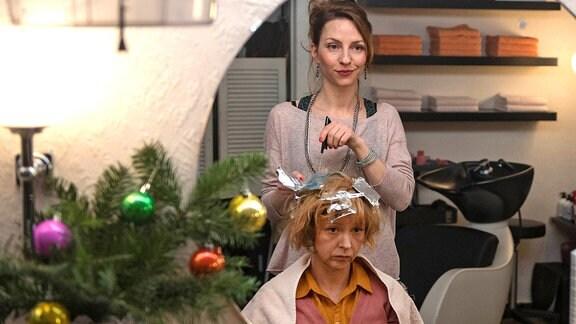 Rita (Katharina Schüttler) versucht Jenny (Nele Holinderbäumer) aufzumuntern