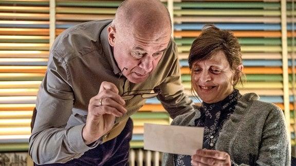 Beim Betrachten alter Erinnerungsfotos schwelgen Paul (Hanns Zischler) und Clara (Katharina Thalbach) in alten Erinnerungen