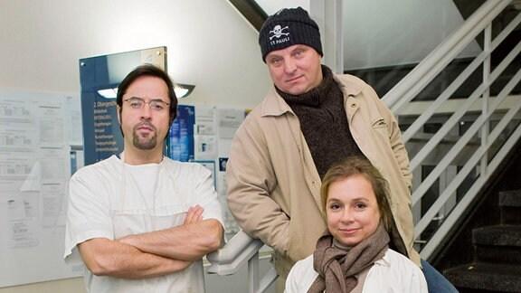 """Prof. Karl-Friedrich Boerne (Jan Josef Liefers, l.), Hauptkommissar Frank Thiel (Axel Prahl, Mitte) und Silke Haller, genannt """"Alberich"""" (ChrisTine Urspruch, r.)"""