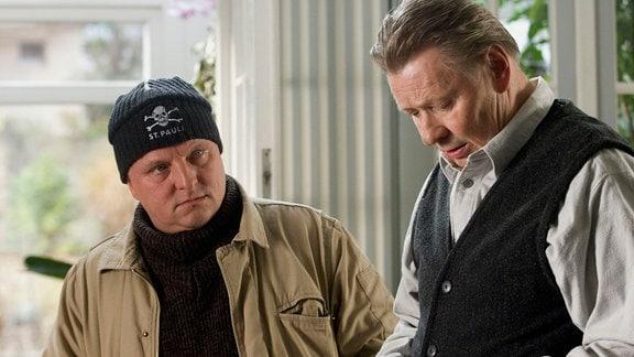 Alfred Wesskamp (Günter Junghans) und Kommissar Frank Thiel (Axel Prahl, l.)