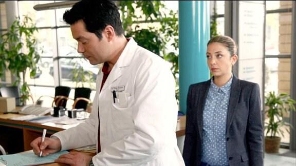 Arzu Bazman als Schwester Arzu und Thomas Koch als Dr. Philipp Brentano