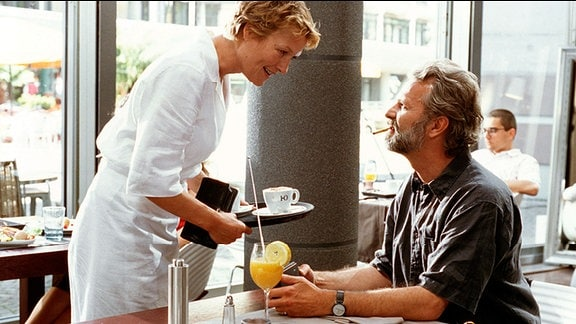 Anna (Suzanne von Borsody) bedient den arroganten Schriftsteller Tom (Peter Sattmann).