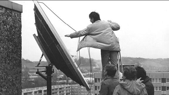 Männer montieren Antennenanlage