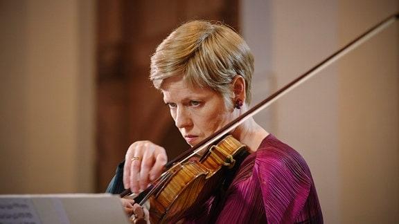 Isabelle Faust spielt Bachauf der Violine