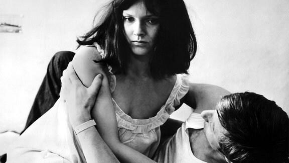 "Szenenfoto aus dem Film ""Jahrgang 45"": Alfred (Rolf Römer), Lisa (Monika Hildebrand)."