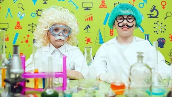 Als Wissenschaftler verkleidete Kinder