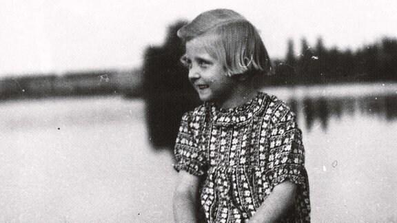 Schwarzweissfoto von einem Mädchen