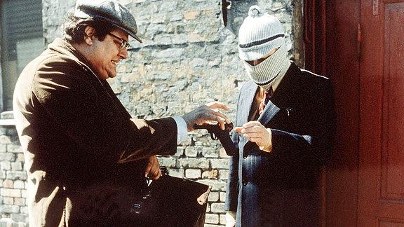 Ein Coup mit Tücken: akribisch bereiten Kjeld (Poul Bundgaard, li.) und Egon Olsen (Ove Sprogöe) ihren Banküberfall vor, doch die Konkurrenz kommt ihnen dabei zuvor.
