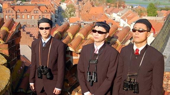 """Die Chinesen (Yu Fang, Aaron Le, Damien Wu) als """"ausländische Delegation für den Misterminister sind auf der Jagd nach Leo."""