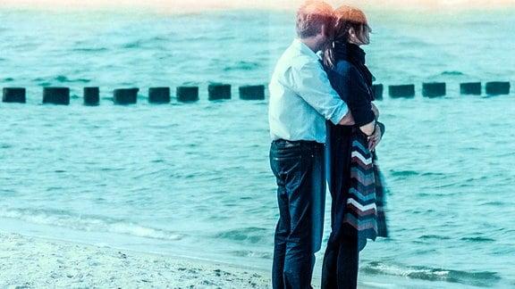 Johannes (Christoph Grunert) und Helen (Charlotte Munck)umarmen sich am Meer.