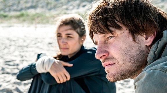 Helen (Charlotte Munck) und Leon (Christoph Gawenda) am Strand.