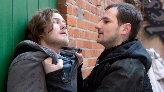 Zwischen Fabian (Alexander Becht, l.) und Konstantin (Daniel Flieger, r.) kommt es zu einer Auseinandersetzung - sie sind beide in Charlotte Weisse verliebt.
