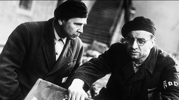 Konzentrationslager Buchenwald. Groß ist das Erschrecken, als die Häftlinge Pippig (Fred Delmare, li.) und Höfel (Armin Müller-Stahl) in einem großen zerdrückten Koffer einen kleinen jüdischen Jungen entdecken