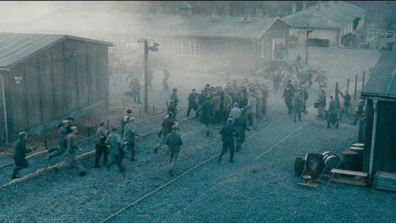 Häftlinge verlassen das KZ Buchenwald