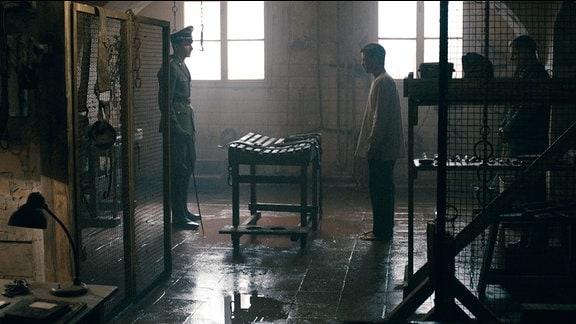 """Hermann Reineboth (Sabin Tambrea) und Andre Höfel (Peter Schneider) im """"Bunker""""."""