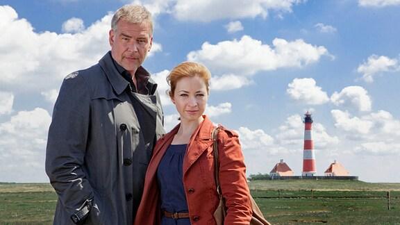 Man muss sich schon auskennen in Nordfriesland: Kriminalhauptkommissar Jon Peterson (Frank Vockroth, l. ) ermittelt mit seiner neuen Kollegin Nora Neubauer (Loretta Stern, r.) und die muss Land und Leute erst kennenlernen.