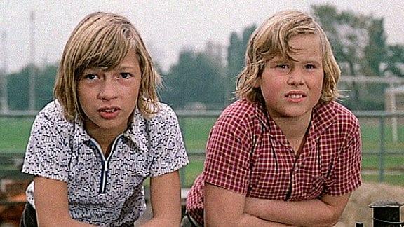 Till Hochstetter (Fredi Östreich li.) und Ben Gerlach (Klaus Richter) schauen auf dem Sportplatz beim Tennis zu.