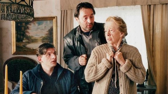 Seit dem Tod der Eltern fühlt sich Witwe Kulick (Inge Meysel) für Armin (Dominique Horwitz, li.) und Gerd (Uwe Kockisch) verantwortlich. Sie ist entsetzt, als plötzlich die Polizei in ihr Haus kommt und stellt ihre Enkel zur Rede: Was ist wirklich in der letzten Nacht an der Oder passiert?